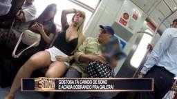 Garota resolve tirar um cochilo no trem e deixa a galera constrangida