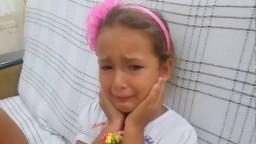 Elifin kulaklarına gerçek küpelerini taktık,Kulaklarını deldirmekten zor oldu